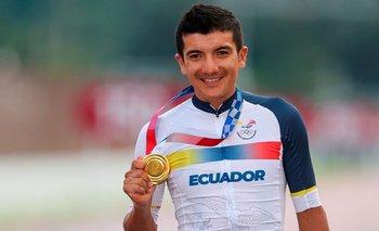 Richard Carapaz muestra orgulloso la medalla de oro