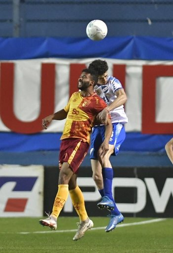 Nicolás Marichal le gana de arriba a Pablo Silva