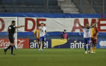 Antonio García marca el medio de la cancha: gol