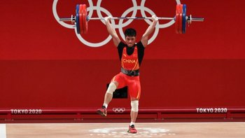 El pesista chino Li Fabin sostiene 166 kilos con una sola pierna.