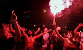 Los manifestantes estallaron en celebraciones ante la noticia de que el primer ministro había sido destituido