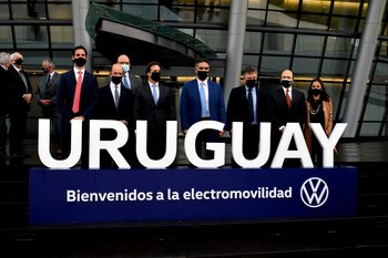 Directivos y equipo de Julio César Lestido y Volkswagen América Latina, ministro de Industria y presidente Luis Lacalle Pou