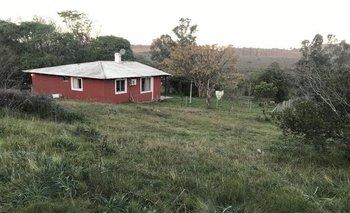 El predio cuenta con dos casas y un galpón de construcción sencilla.