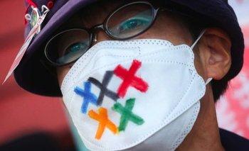 Un hombre lleva una mascarilla con los colores olímpicos en protesta contra los Juegos