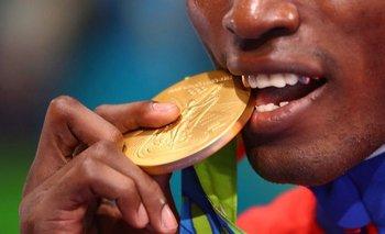 Julio César La Cruz de Cuba, ganador de la medalla de oro en boxeo masculino semipesado (81 kg) en los Juegos Olímpicos de Río 2016