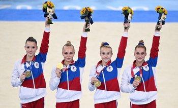 Las rusas Liliia Akhaimova, Angelina Melnikova, Viktoriia Listunova y Vladislava Urazova celebran la medalla de oro en gimnasia