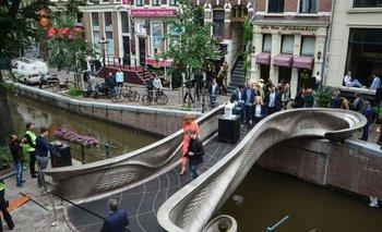 La reina de los Países Bajos inaugura el puente de acero hecho en una impresora 3D.