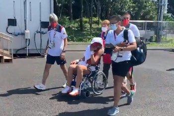 Así debió salir de la cancha de tenis la española , quien se retiró Paula Badosa, por un golpe de calor