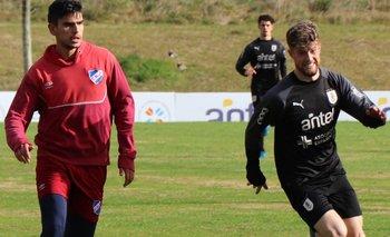 Mateo Pereyra marca a Santiago Ramírez, ante la mirada de MArichal