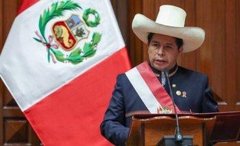 Pedro Castillo juramentó con su tradicional sombrero
