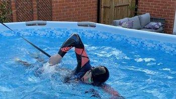 Atado a la pared del garaje familiar, Richards pasó hora tras hora nadando en su jardín