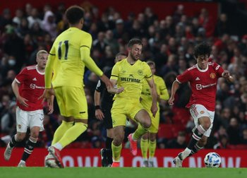 Facundo Pellistri en su primer partido en Manchester United con hinchas en Old Trafford