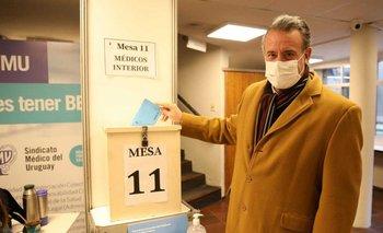 El ministro de Salud Pública, Daniel Salinas, emitiendo su voto en las elecciones del Sindicato Médico del Uruguay