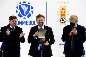 Lanzamiento de las finales únicas de Libertadores y Sudamericana en el Estadio Centenario. Ignacio Alonso, Alejandro Domínguez y Sebastián Bauzá