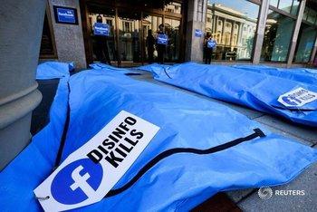 Protestas con bolsas de cadáveres frente a la sede de Facebook