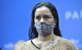Vega mostró ante la prensa uruguaya con tenedores e imanes a Dahiana y Yenny
