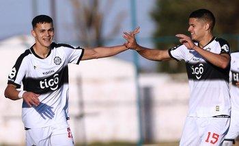 Gustavo Peralta (número 15) festeja uno de los goles