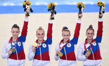 El equipo femenino de gimnasia de Rusia obtuvo la medalla de oro, pero no pudo celebrarlo escuchando su himno nacional.