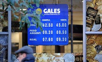 En las pizarras de los cambios privados la divisa todavía se ofrece a $ 45 para la venta.