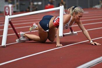 La británica Jessie Knight se cayó en plena competencia de 400 metros vallas