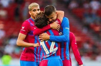 Araújo observa el abrazo de Piqué a Riqui