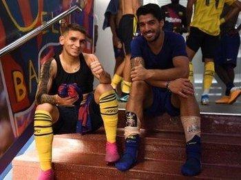 La foto que subió Lucas Torreira junto a Luis Suárez tras enfrentarse en el Trofeo Joan Gamper