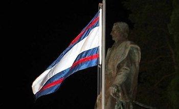 La primera bandera de Artigas flameando en un homenaje en Piriápolis
