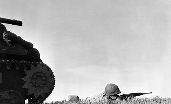 Francia, 1944: Infante estadounidense dispara su carabina M-2 cerca de un tanque Sherman