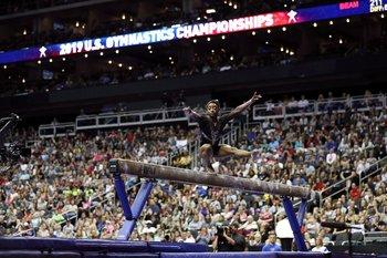 Simone Biles en la barra de equilibrio