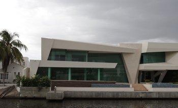 Junto a los canales que recorren la urbanización Las Villas se levantan lujosas casas.