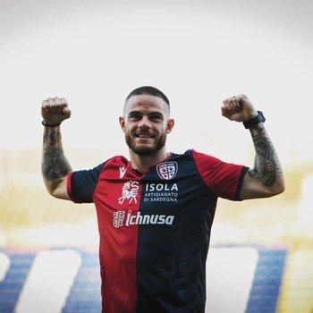 Nahitan Nández con la camiseta de Cagliari