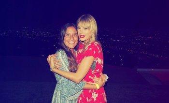 La fan uruguaya Josefina Mösle junto a Taylor Swift en su casa de Los Ángeles