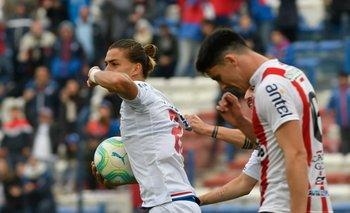 Thaigo Vecino festeja su primer gol en Primera división