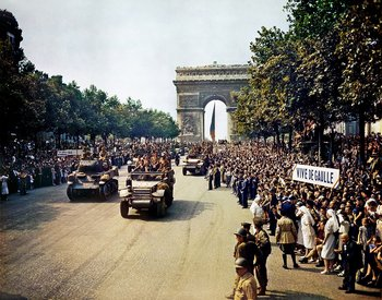 Tropas de la 2ª División Acorazada francesa desfilan por los Campos Elíseos el 26 de agosto de 1944
