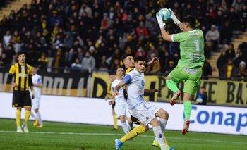 Llegada de Peñarol y Rodrigo Rodríguez controla la pelota