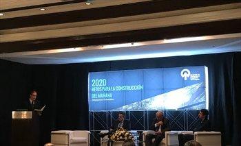 Nicolas Lussich, moderador del encuentro, junto a Carlos Faroppa, Enrique Iglesias y Fernando Isabella.