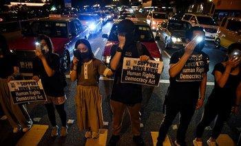 Los manifestantes forman una cadena humana en la calle frente al Centro Cultural de Hong Kong en esa ciudad.