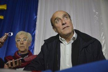 Daniel Martínez y Graciela Villar hablan con la prensa durante una recorrida por Libertad (San José)