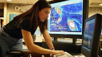 """La tarea de dirigir una bomba al centro de un huracán en un lugar remoto del océano sería """"formidable"""", explicó NOAA."""