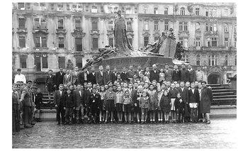 La foto de los sobrevivientes, tomada en 1945 en Praga.