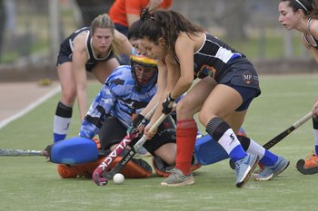Florencia Peñalba y la golera Victoria Beares