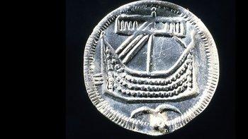 Descubrimientos arqueológicos recientes y pruebas a artefactos antiguos con tecnologías de punta posibilitan una nueva visión del pasado (Moneda de plata vikinga con la imagen de un barco drakkar, acuñado en Hedeby, Dinamarca)
