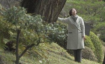 """Tomoko Watanabe habló con la BBC en el jardín Shukkeien, junto al árbol de 300 años al que llama afectuosamente """"Tía abuela Gingko""""."""