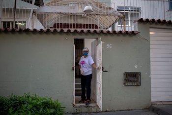 Regina Evaristo, madre de un enfermero víctima de coronavirus, en la entrada de su casa de Río de Janeiro