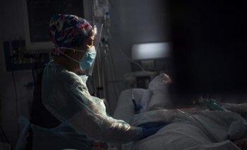 Personal sanitario atiende a un paciente afectado por el covid-19