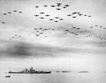 El acorazado USS Missouri encabeza una gran fuerza aeronaval estadounidense en la bahía de Tokio, el 2 de setiembre de 1945, cuando la rendición formal de Japón