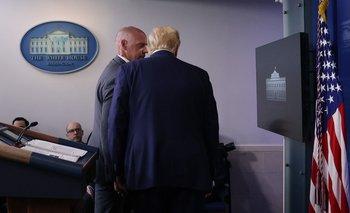 Un integrante del Servicio Secreto le avisa a Trump que debe dejar la sala de conferencias por un disparo que hubo cerca de la Casa Blanca
