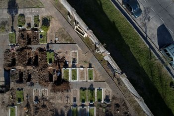 Vista aérea de trabajadores cavando nuevas tumbas para hacer frente a la demanda durante la pandemia  en el cementerio de Flores en Buenos Aires el 11 de agosto de 2020