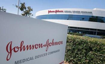 El logo de Johnson & Johnson en una entrada a un edificioen su campus en Irvine, California, 2019