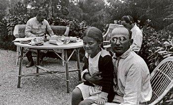 Lavrenti Beria, jefe de la policía secreta soviética, con la hija de Stalin, Svetlana. Al fondo, trabaja Iosif Stalin